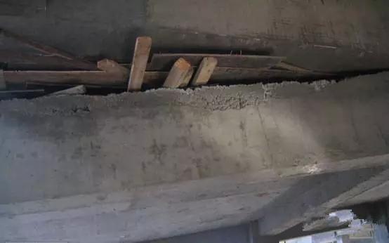 一,防治现浇混凝土构件表面出现蜂窝,狗洞,麻面的措施